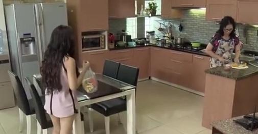 Bà Phương như thường lệ đang đứng làm đồ ăn sáng cho cả gia đình.