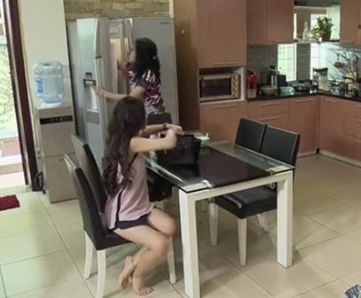 """Diệp hỏi: """"Có sữa đậu nành chưa hả mẹ"""", bà Phương vội gác đũa trên bếp đun…"""