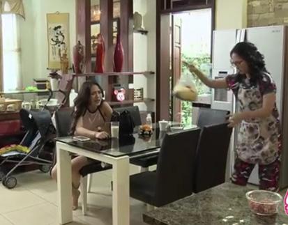 Trong khi Diệp không thôi cằn nhằn thì bà Phương cũng nhanh tay dọn dẹp đống đồ trên bàn.