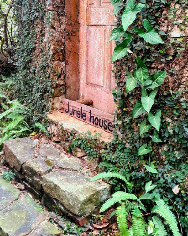 Phòng khách rộng cùng cầu thang xoắn ốc như sảnh một tòa lâu đài, khu bếp biệt lập cùng cả khu vực nướng ngoài trời, kỳ nghỉ tại Jungle House hệt như một giấc mơ – Ảnh: sưu tầm