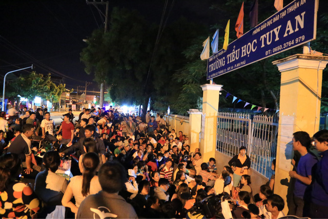 Những người đến sớm chọn vị trí sát ngay cổng trường để thuận tiện việc tiếp cận, nộp hồ sơ đầu tiên.