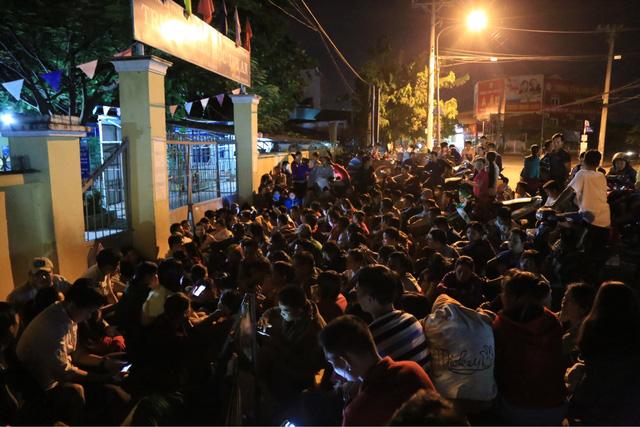 Dù phải ngồi chờ khá lâu nhưng hàng trăm phụ huynh vẫn kiên trì, bám trụ trước cổng trường.