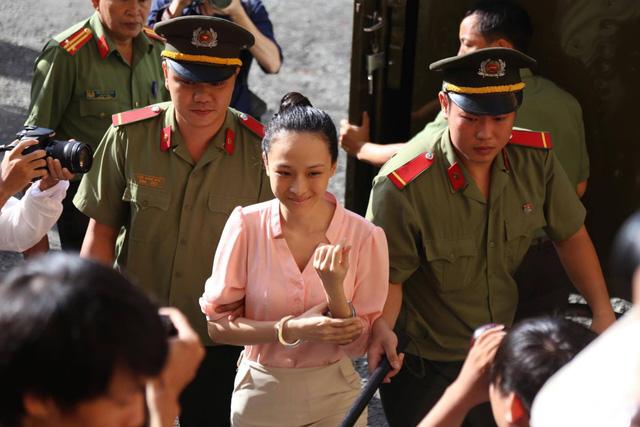 Hoa hậu Phương Nga xuất hiện tại tòa sáng nay (26/6). Ảnh: VNN