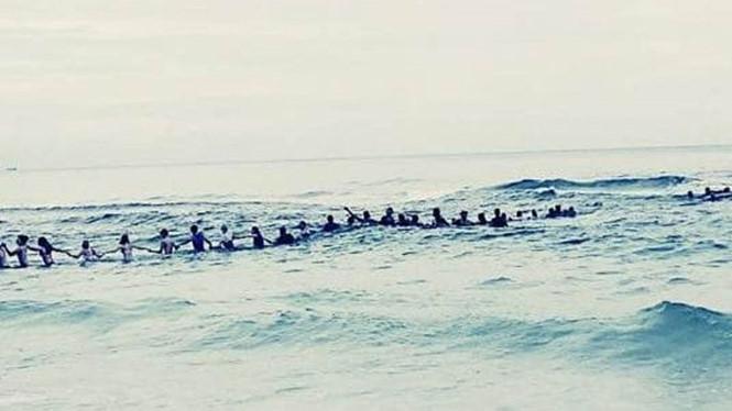 80 người lạ kết tay nhau đi ra biển để cứu 9 người đang đuối nước /// Ảnh: Facebook