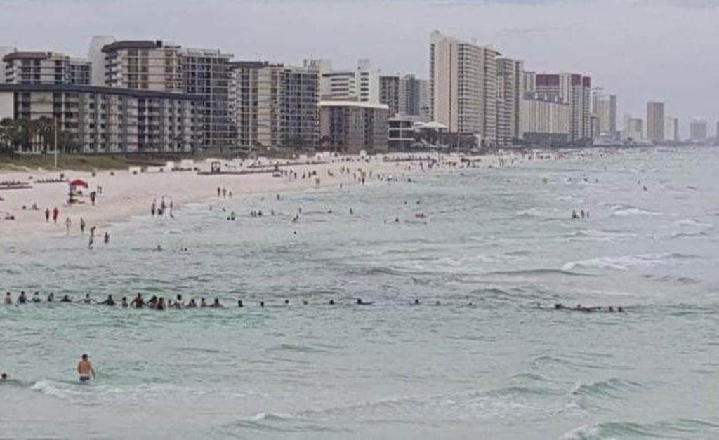 80 người kết tay nhau đi ra biển, cứu 9 người đang đuối nước 1