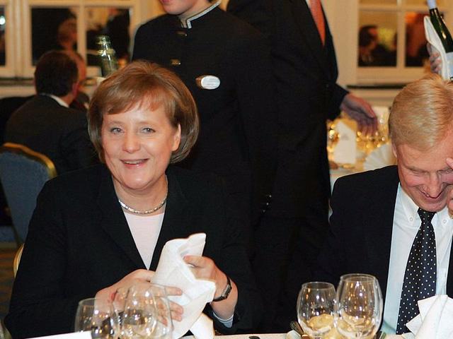 Tờ TIME cho biết, trong cuộc trò chuyện với cố thủ tướng Nigeria Goodluck Jonathan, bà Merkel cho biết bà thường bắt đầu ngày mới bằng bữa sáng cùng phu quân Joachim Sauer. Họ cùng trò chuyện về nhiều vấn đề, trong đó có những vấn đề thời sự như công dân bình thường khác.