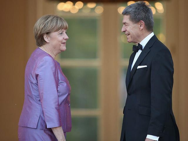Cả bà Merkel và chồng đều là những nhà hóa học danh tiếng của Đức. Tuy nhiên, sau khi bà Merkel rẽ sang sự nghiệp chính trị, ông Sauer vẫn tiếp tục theo đuổi ngành hóa học và trở thành giáo sư. Theo Reuters, họ thường đi bộ đường dài cùng nhau và tham dự các buổi hòa nhạc opera.