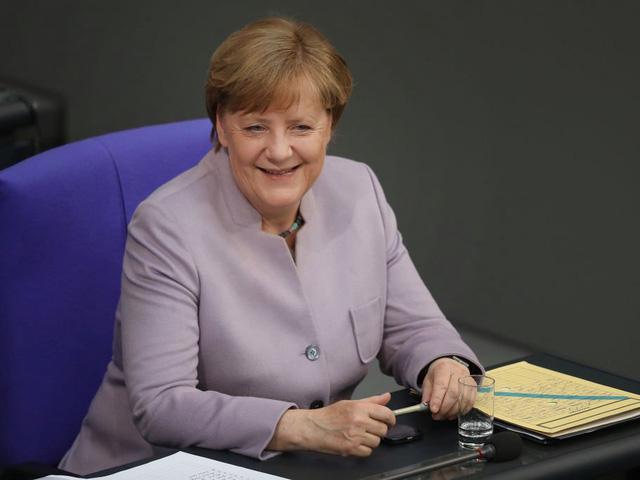 Trong công việc, bà Merkel được đánh giá là người rất khoa học. Bà cũng dùng cách tiếp cận các vấn đề khoa học để áp dụng nó với các vấn đề chính trị.