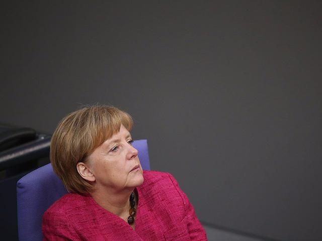 """""""Người ta thường chỉ trích tôi hành không không đủ nhanh. Vì sao tôi tốn nhiều thời gian đến thế? Đối với tôi, điều quan trọng nhất là cân nhắc tất cả các lựa chọn, tính toán các kịch bản thay vì suy nghĩ giản đơn"""", BBC dẫn lời bà Merkel."""