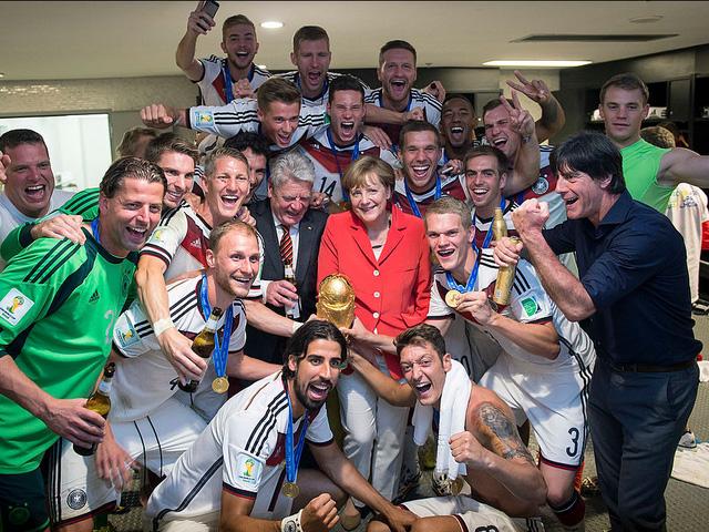 Ngoài chính trị, bà Merkel là một người hâm mộ bóng đá. Bà chung vui cùng đội tuyển Đức sau khi vô địch World Cup 2014.