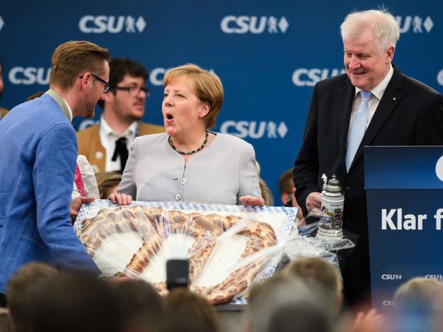 """Đồ ăn ưa thích của bà Merkel là bắp cải xanh và xúc xích thịt lợn Mettwurst. Năm 2001, bà được bầu là """"Nữ hoàng Bắp cải"""" vùng Oldenburg."""
