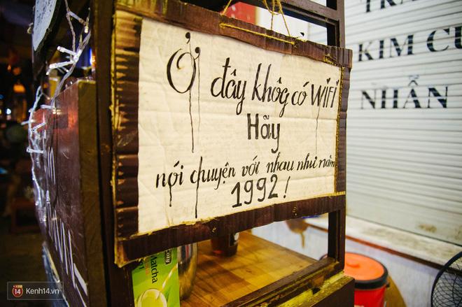 Giữa Hà Nội, có một quán cafe đang gây sốt vì tấm biển hiệu Ở đây không có wifi, hãy nói chuyện với nhau như năm 1992! - Ảnh 1.