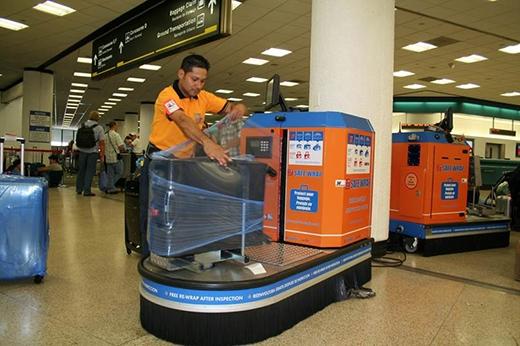 Tại các sân bay quốc tế đều có máy bọc hành lý bằng màng plastic giúp các hành khách tự bảo vệ tài sản của mình.
