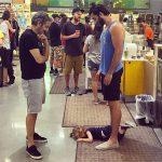 Ông bố gây sốt khi để mặc con nằm ăn vạ ở siêu thị