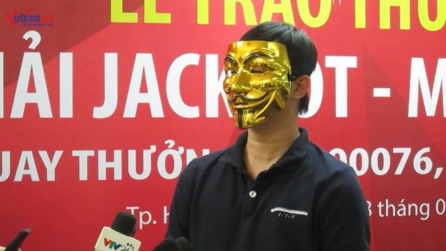 Một khách hàng trúng Jackpot đeo mặt nạ đi nhận thưởng (ảnh: VNN).