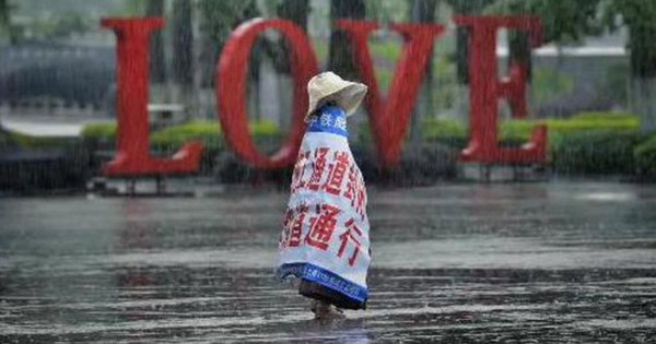 Câu chuyện cảm động phía sau hình ảnh bé gái quàng bạt một mình đi dưới trời mưa