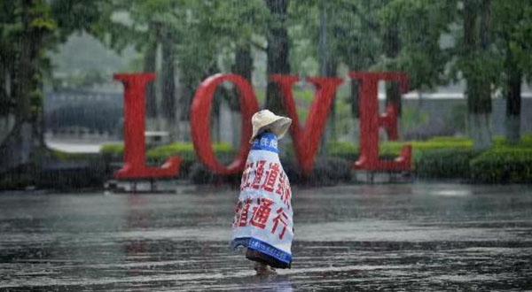 Câu chuyện cảm động phía sau hình ảnh bé gái quàng bạt một mình đi dưới trời mưa - Ảnh 1.