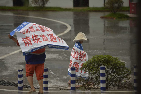 Câu chuyện cảm động phía sau hình ảnh bé gái quàng bạt một mình đi dưới trời mưa - Ảnh 5.