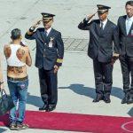 Đây là ai mà khiến cảnh sát Thái Lan phải cúi chào?