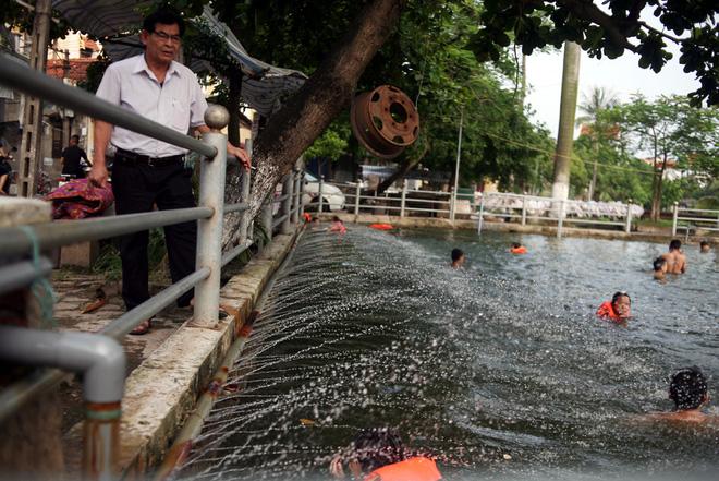 Hà Nội: cả làng cùng hùn tiền cải tạo, biến ao ô nhiễm thành bể bơi miễn phí cho trẻ em - Ảnh 3.