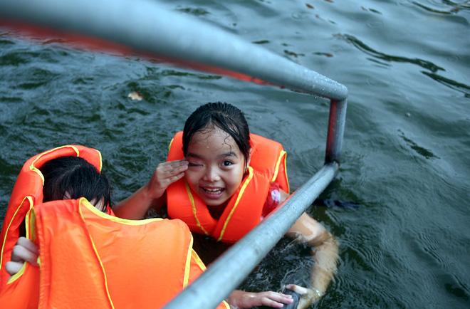 Hà Nội: cả làng cùng hùn tiền cải tạo, biến ao ô nhiễm thành bể bơi miễn phí cho trẻ em - Ảnh 5.