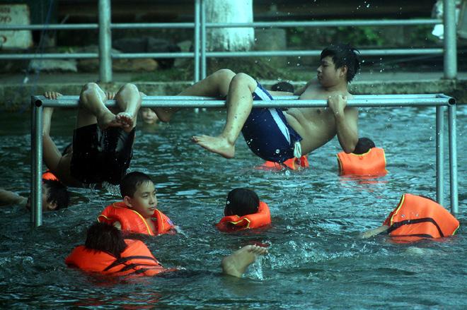 Hà Nội: cả làng cùng hùn tiền cải tạo, biến ao ô nhiễm thành bể bơi miễn phí cho trẻ em - Ảnh 6.