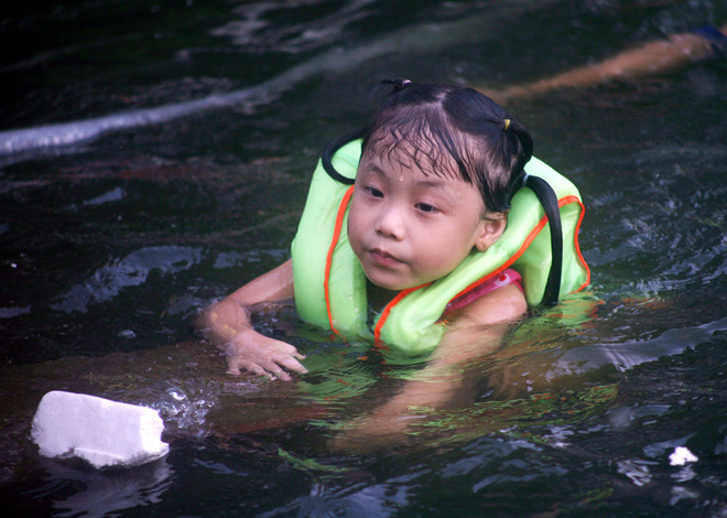 Hà Nội: cả làng cùng hùn tiền cải tạo, biến ao ô nhiễm thành bể bơi miễn phí cho trẻ em - Ảnh 7.