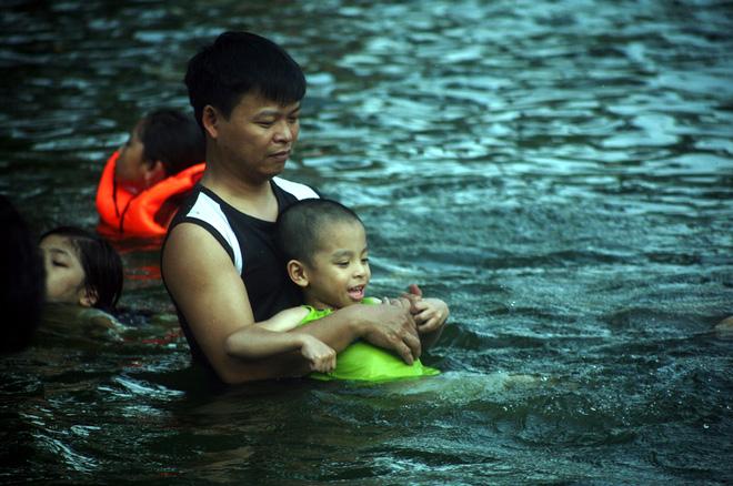 Hà Nội: cả làng cùng hùn tiền cải tạo, biến ao ô nhiễm thành bể bơi miễn phí cho trẻ em - Ảnh 10.