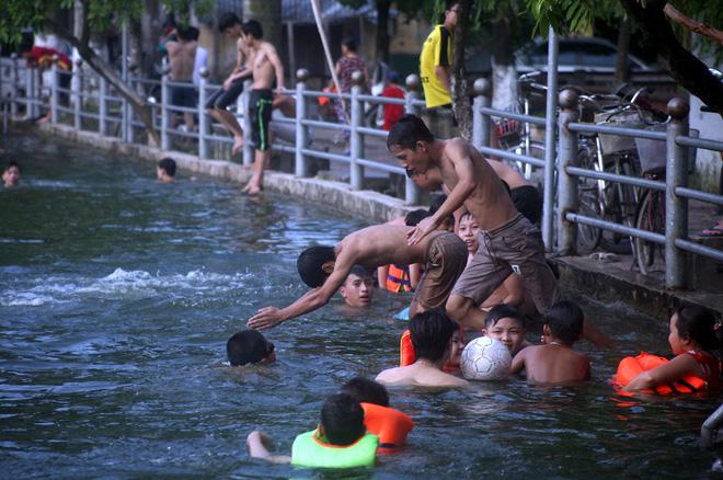 Hà Nội: cả làng cùng hùn tiền cải tạo, biến ao ô nhiễm thành bể bơi miễn phí cho trẻ em - Ảnh 11.