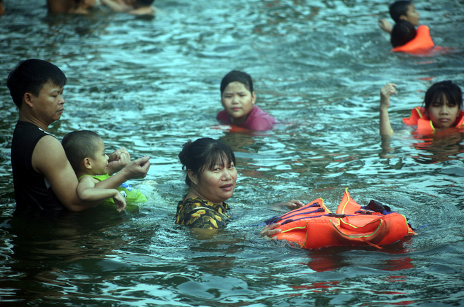 Hà Nội: cả làng cùng hùn tiền cải tạo, biến ao ô nhiễm thành bể bơi miễn phí cho trẻ em - Ảnh 12.