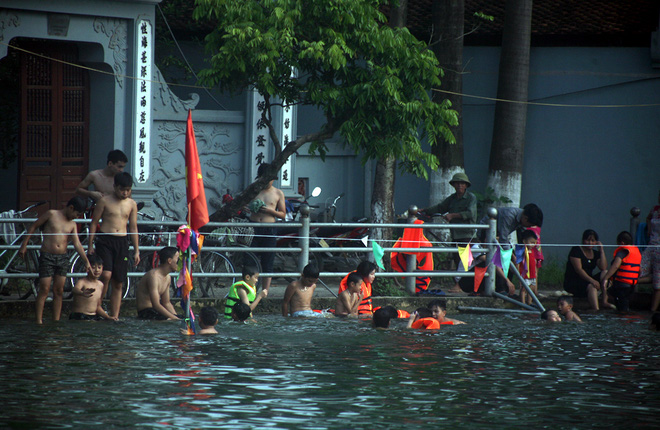 Hà Nội: cả làng cùng hùn tiền cải tạo, biến ao ô nhiễm thành bể bơi miễn phí cho trẻ em - Ảnh 18.
