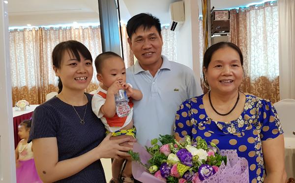 Kỳ tích, cô giáo 60 tuổi sinh quý tử, nuôi con bằng sữa mẹ - Ảnh 1.