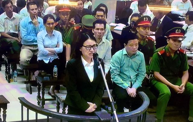 Hoàng Thị Hồng Tứ nức nở trước tòa.