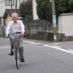 Ông sống giản dị, đạp xe đi chợ mua đồ ăn cho vợ, khi biết danh tính của ông, ai nấy khâm phục