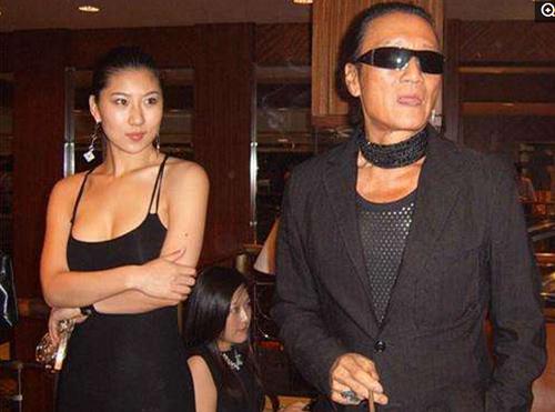 Diễn viên Hong Kong Tạ Hiền (cha của Tạ Đình Phong) yêu người mẫu Coco hơn 10 năm, ông lớn hơn cô 49 tuổi. Hồi tháng 5, nguồn tin trên Ifeng tiết lộ tài tử 81 tuổi đã chia tay Coco nhưng ông không phản hồi. Tạ Hiền từng tự nhận ông phong lưu chứ không hạ lưu. Ông trải <a  href=