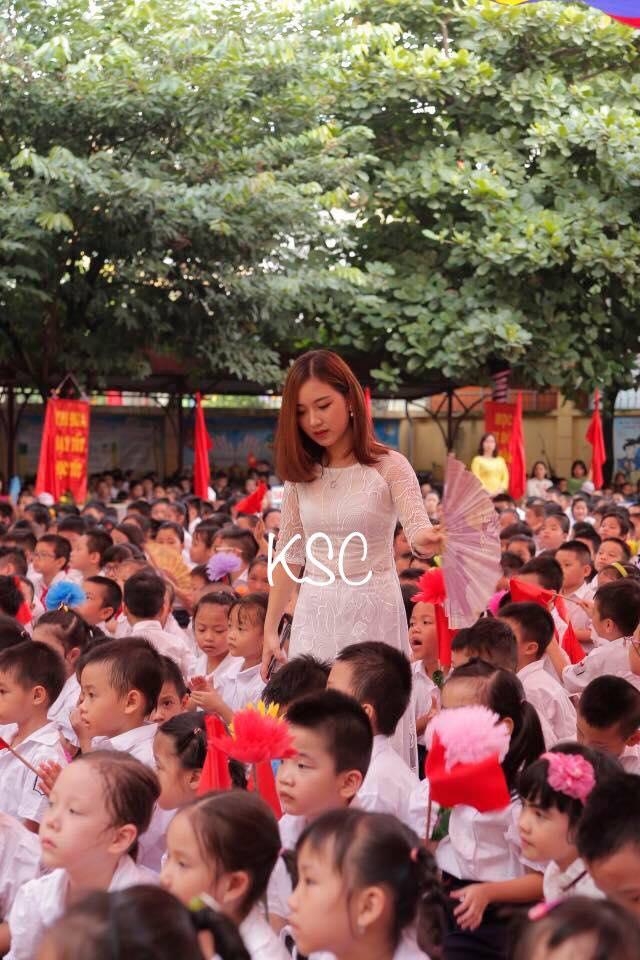 Cô giáo trẻ và bức hình hot nhất trong ngày khai giảng ở Hà Nội - Ảnh 1.