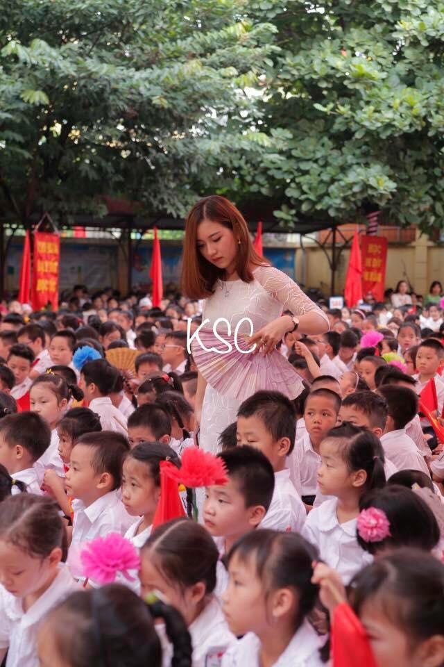 Cô giáo trẻ và bức hình hot nhất trong ngày khai giảng ở Hà Nội - Ảnh 2.