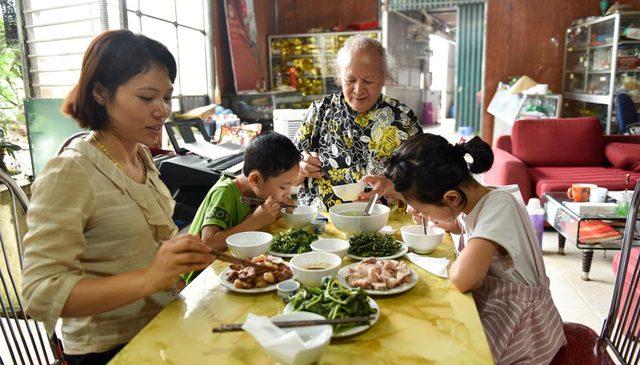 Đám cưới kéo dài 28 ngày của đại gia Hà Nội với người vợ kém 52 tuổi