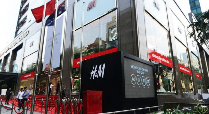 Hàng nghìn người đứng ngồi xuyên đêm chờ H&M mở cửa