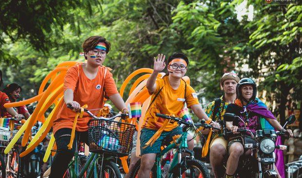 """Khoảnh khắc hạnh phúc và những """"nụ hôn rực rỡ"""" trong Ngày hội tự hào LGBT+ ở Sài Gòn và Hà Nội"""