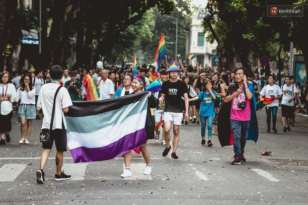 Khoảnh khắc hạnh phúc và những nụ hôn rực rỡ trong Ngày hội tự hào LGBT+ ở Sài Gòn và Hà Nội - Ảnh 2.