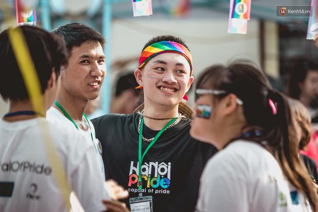 Khoảnh khắc hạnh phúc và những nụ hôn rực rỡ trong Ngày hội tự hào LGBT+ ở Sài Gòn và Hà Nội - Ảnh 4.