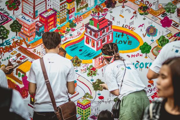 Khoảnh khắc hạnh phúc và những nụ hôn rực rỡ trong Ngày hội tự hào LGBT+ ở Sài Gòn và Hà Nội - Ảnh 5.