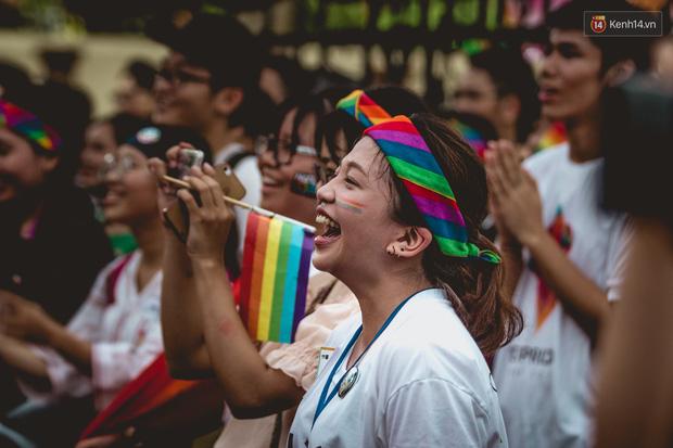 Khoảnh khắc hạnh phúc và những nụ hôn rực rỡ trong Ngày hội tự hào LGBT+ ở Sài Gòn và Hà Nội - Ảnh 8.
