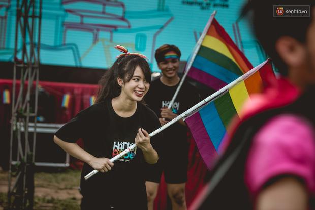 Khoảnh khắc hạnh phúc và những nụ hôn rực rỡ trong Ngày hội tự hào LGBT+ ở Sài Gòn và Hà Nội - Ảnh 11.