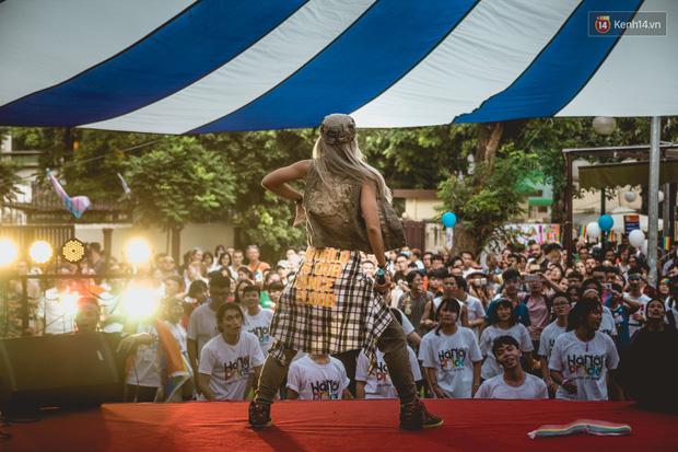 Khoảnh khắc hạnh phúc và những nụ hôn rực rỡ trong Ngày hội tự hào LGBT+ ở Sài Gòn và Hà Nội - Ảnh 12.