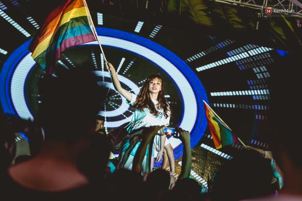 Khoảnh khắc hạnh phúc và những nụ hôn rực rỡ trong Ngày hội tự hào LGBT+ ở Sài Gòn và Hà Nội - Ảnh 13.