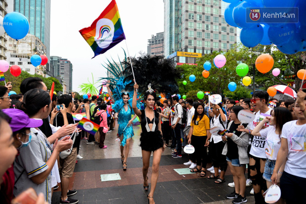 Khoảnh khắc hạnh phúc và những nụ hôn rực rỡ trong Ngày hội tự hào LGBT+ ở Sài Gòn và Hà Nội - Ảnh 14.