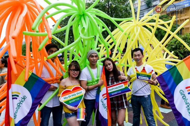 """Khoảnh khắc hạnh phúc và những """"nụ hôn rực rỡ"""" trong Ngày hội tự hào LGBT+ ở Sài Gòn và Hà Nội - Ảnh 15."""