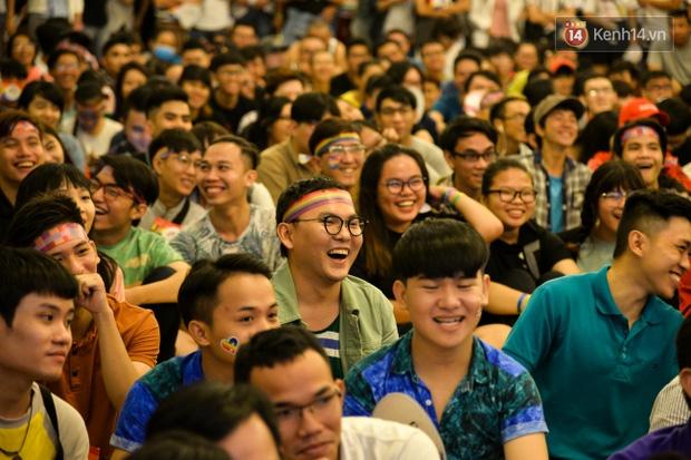 Khoảnh khắc hạnh phúc và những nụ hôn rực rỡ trong Ngày hội tự hào LGBT+ ở Sài Gòn và Hà Nội - Ảnh 19.